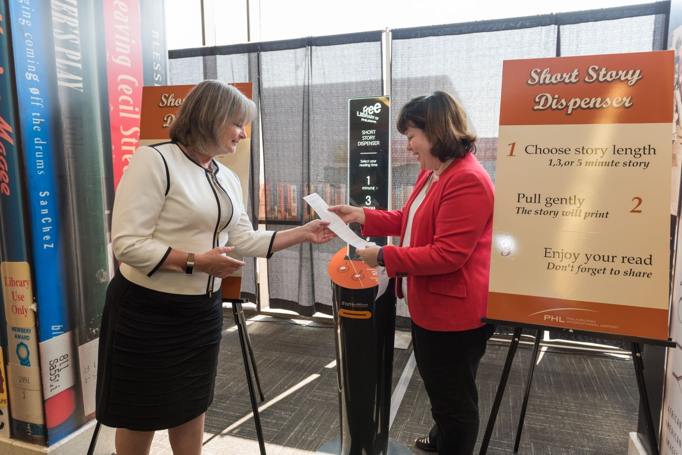 Image de [ US ] Short Story Dispenser unveiled at Philadelphia International Airport
