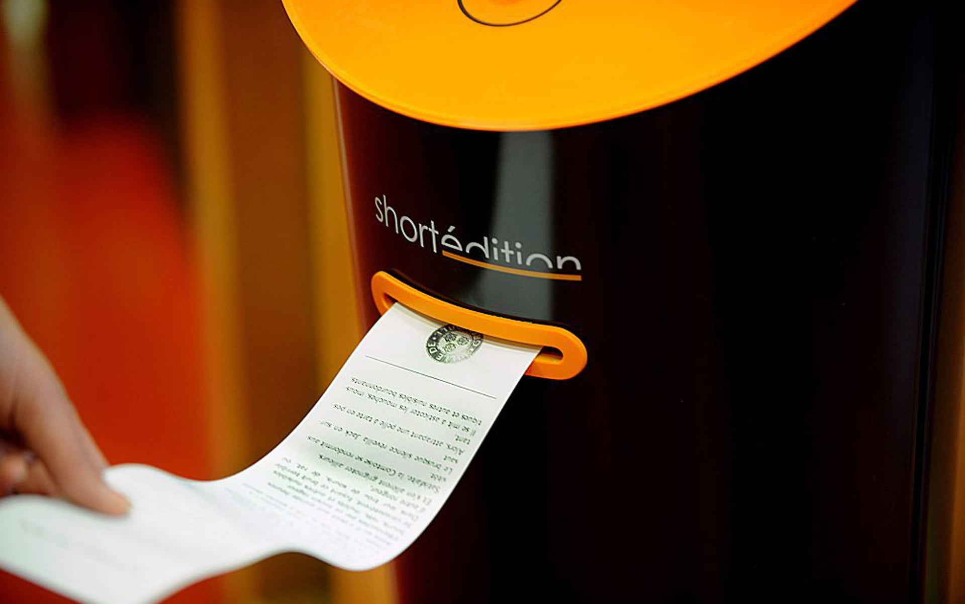 Image of [ UK ] Vending machines dispense short stories to bored French commuters