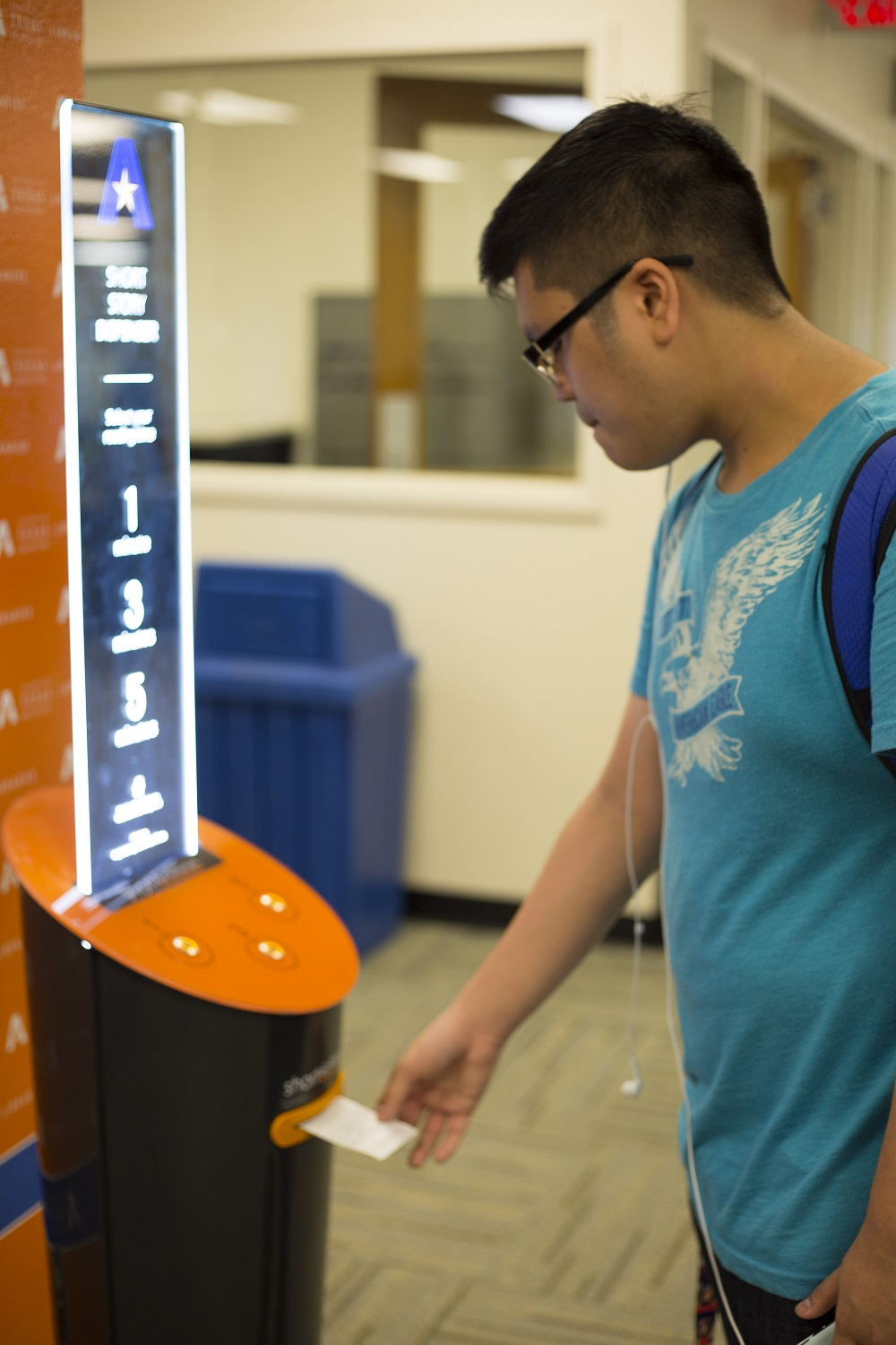 Image de UTA first in Texas to promote literacy through short story dispenser